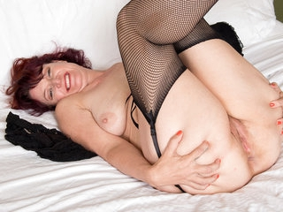 American milf Zoe wants to show you her fingering skill
