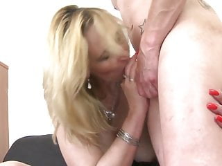 Mature sex bomb mom suck and fuck young boy's cock