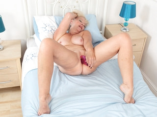 Over 60 granny Sapphire Louise dildos her old cunt