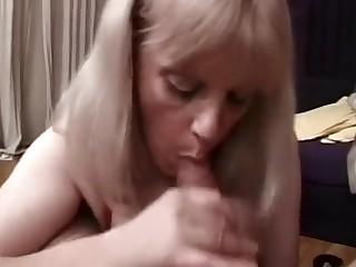 Mamie tout dans la bouche